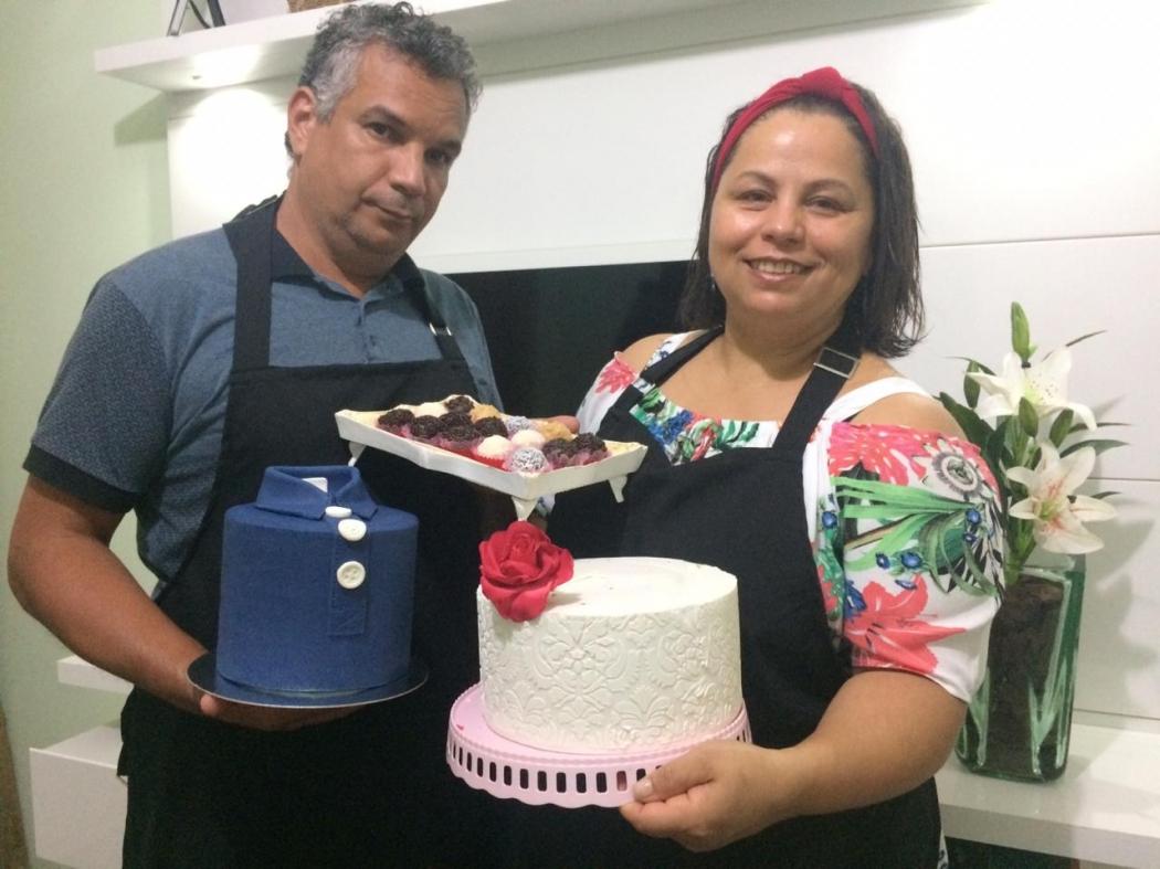 Valéria Gonçalves Bastos e o marido Alessandro fazem bolos e doces para vender. Crédito: Arquivo Pessoal