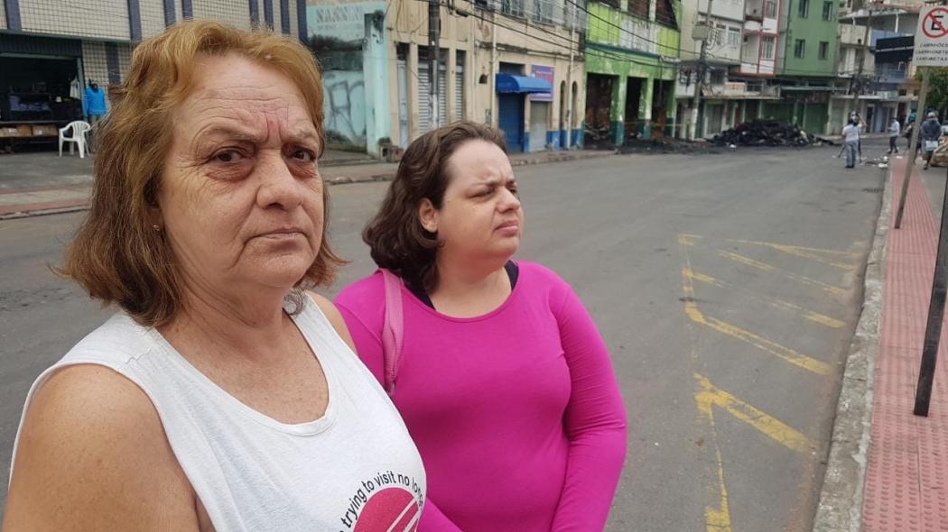A autônoma Maria Creuza, com a filha Daniela Pereira, de 39 anos, que tem deficiência, e teve convulsão por nervosismo devido à falta de luz. Crédito: Caíque Verli