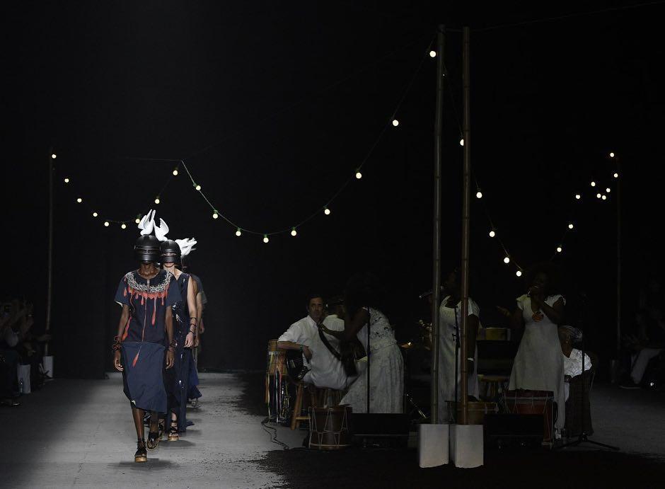 Cena de desfile do estilista Ronaldo Fraga na São Paulo Fashion Week ENTITY_sharp_ENTITYSPFWN47. Crédito: SPFW/Divulgação