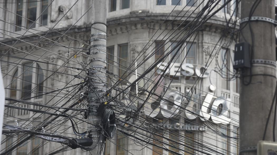 Emaranhados de fios próximos a prédios históricos longe de ser retirados no Centro Histórico de Vitória. Crédito: Vitor Jubini