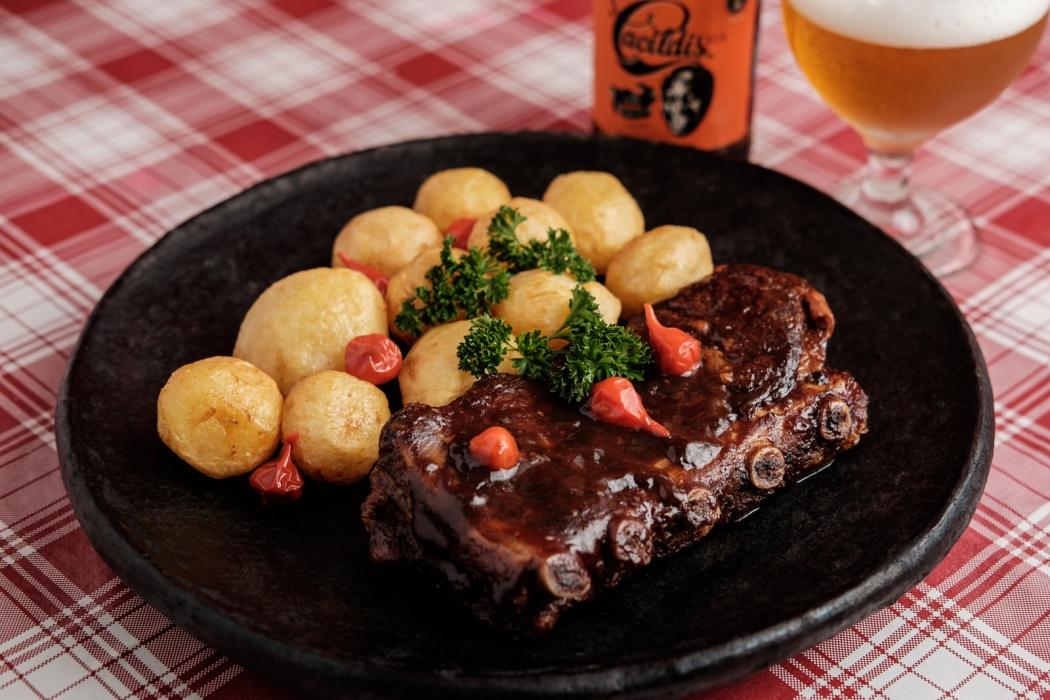 Costelinha suína ao molho barbecue com batatas do bar Casa de Bamba. Crédito: Dan Pacificco/Divulgação