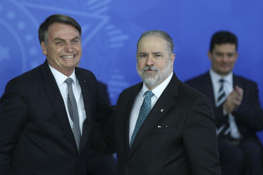 O presidente Jair Bolsonaro dá posse ao novo procurador-geral da República, Augusto Aras, no Palácio do Planalto. Crédito: José Cruz/Agência Brasil