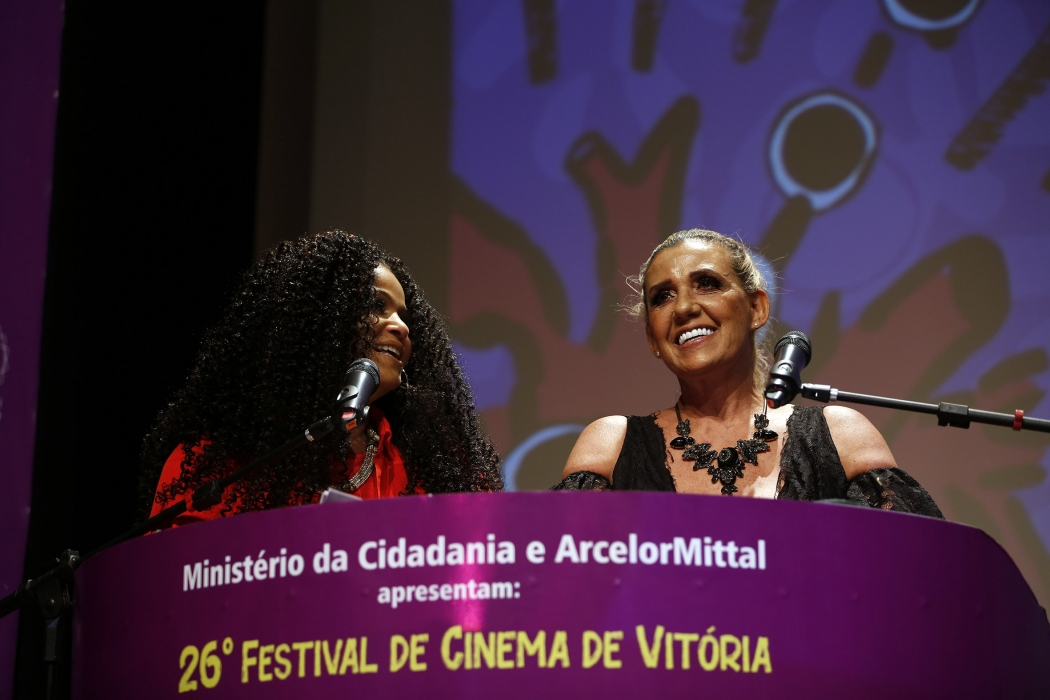 25/09/2019 - Segunda noite do Festival de Cinema de Vitória, realizado no Centro Cultural Sesc Glória. Priscila Gama e Rita Cadillac foram as apresentadoras. Crédito: Sérgio Cardoso/Festival de Cinema de Vitória