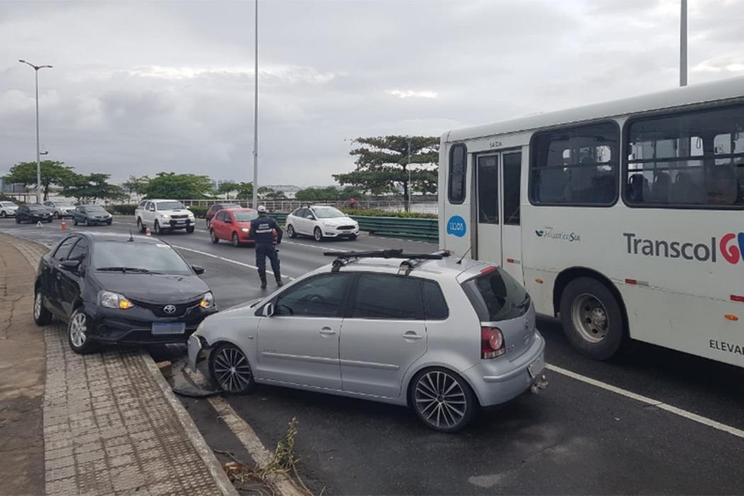 Acidente envolvendo dois carros na Ponte de Camburi em Vitória. Crédito: José Carlos Schaeffer