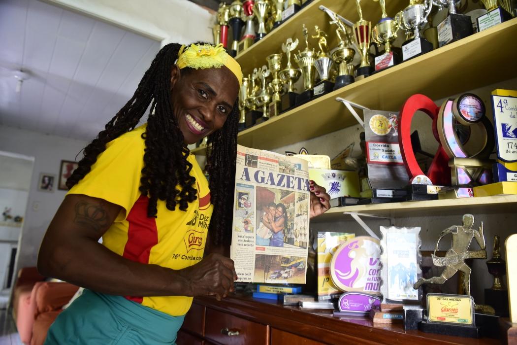 Costureira e corredora de rua, Lusia Guimarães coleciona trofeus e reportagens em A Gazeta. Crédito:    Ricardo Medeiros