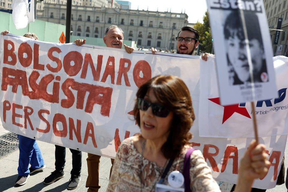 Parentes de desaparecidos no regime Pinochet protestam contra Bolsonaro . Crédito: REUTERS/Pablo Sanhueza