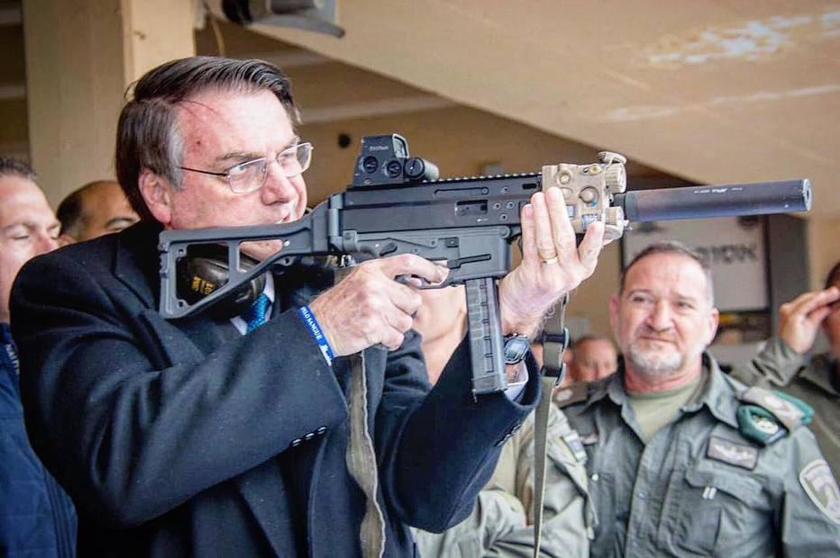 Presidente da República Jair Bolsonaro usa arma durante viagem oficial aIsrael. Crédito: RepProdução/Instagram Jair Bolsonaro