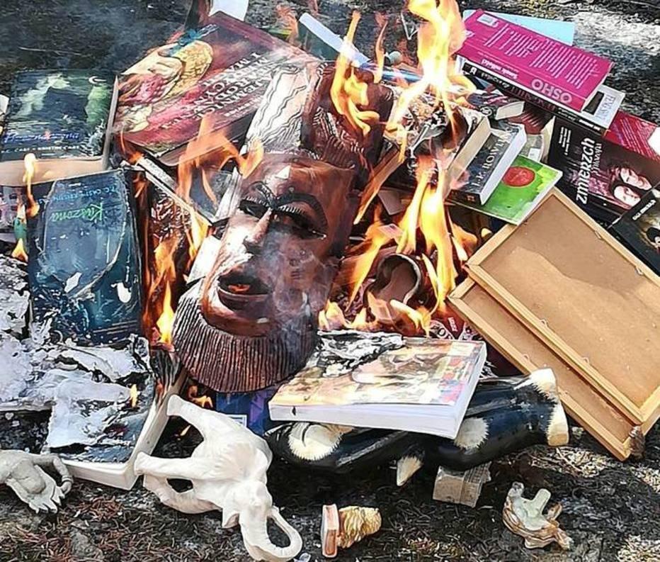 Livros da saga 'Harry Potter' e outros itens 'malignos' foram queimados em igreja na Polônia . Crédito: Fundação SMS z Nieba/Facebook